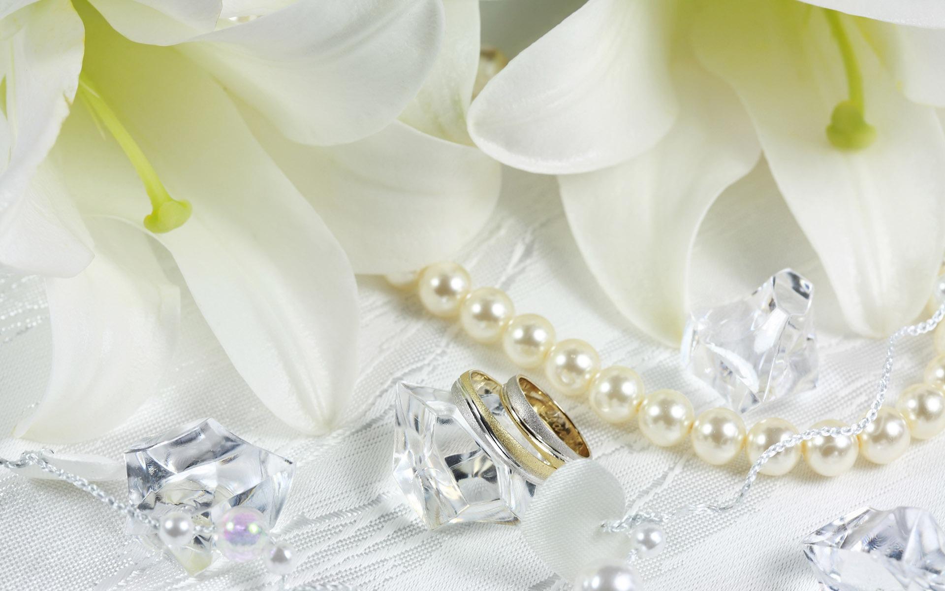 утонченные белые лилии