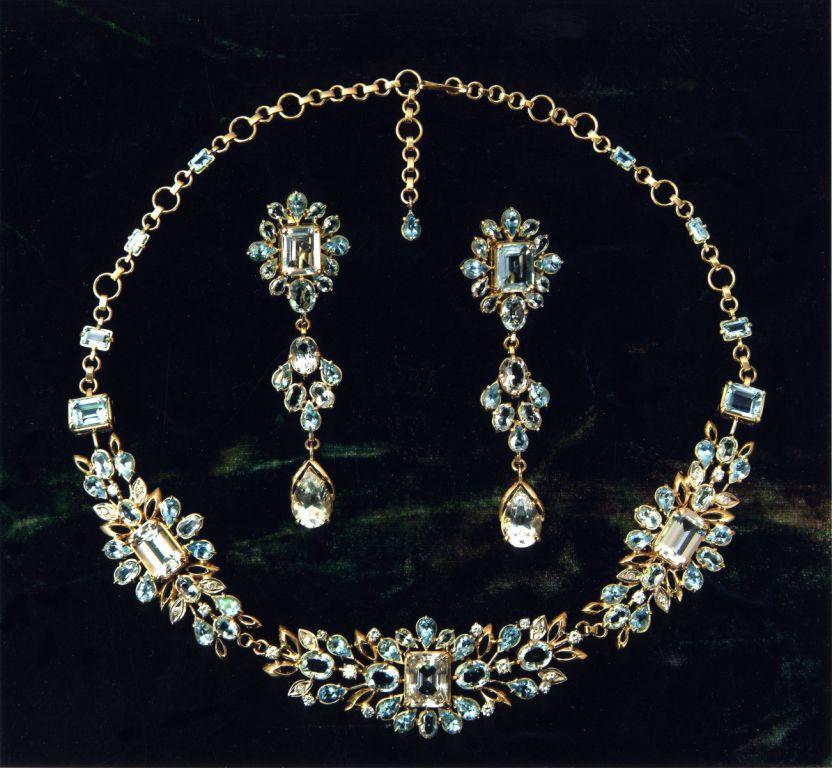 украшение из золота и бриллианты - хороший подарок на 8 марта