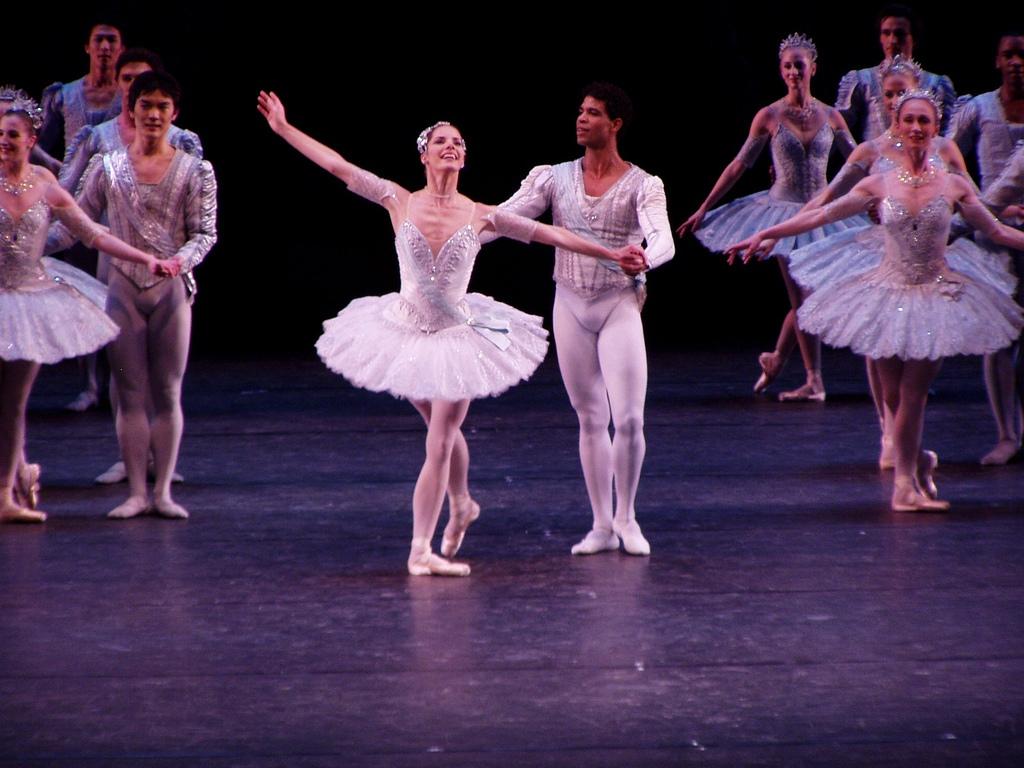Необычные подарки на 8 марта - билет на премьеру балета