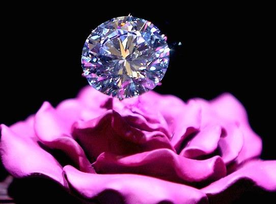 цветы и бриллианты - хороший подарок на 8 марта