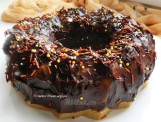Красивый кекс с шоколадной глазурью на День Святого Валентина