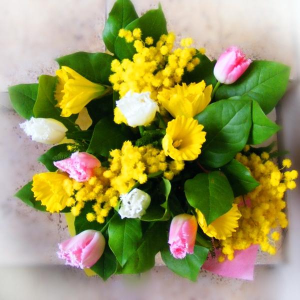 Букеты цветов на окне фото