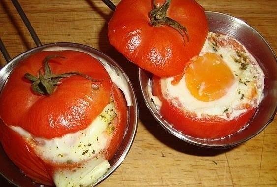 яичница с помидорами и сыром