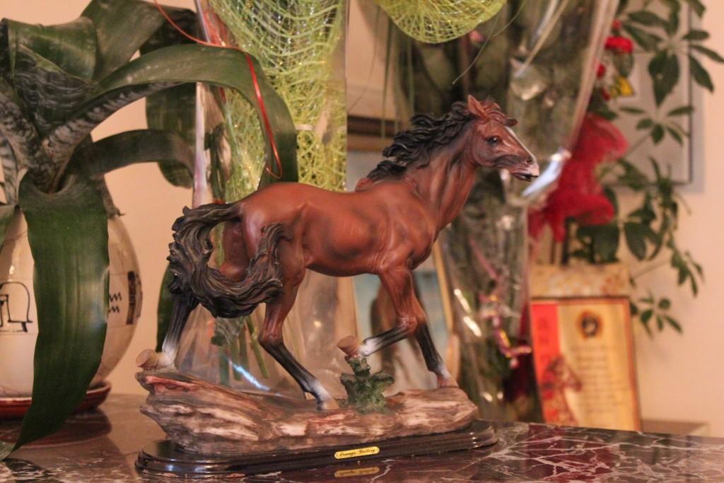 красивый сувенир-статуэтка