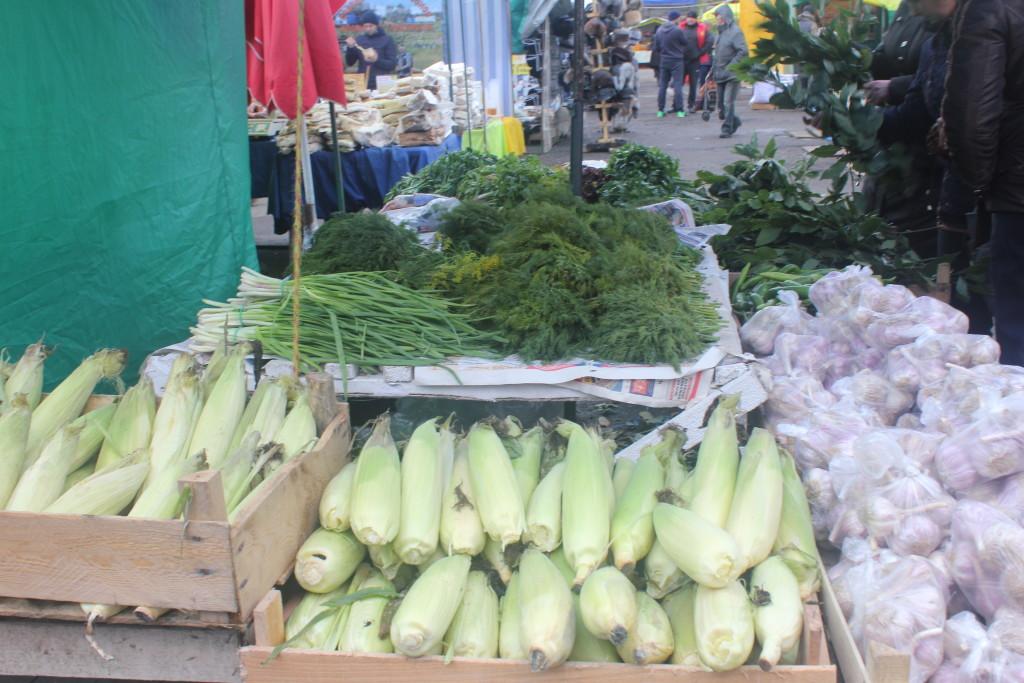 купить кукурузу и зелень на ярмарке