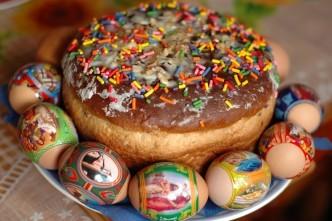 красим яйца на Пасху просто