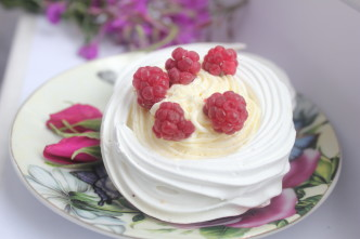 Мини пирожное «Павлова» со сливочным кремом и ягодами